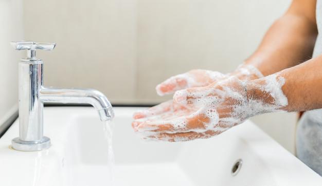 ¿Cómo debes desinfectarte las manos?