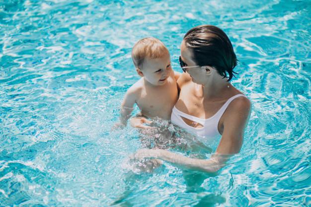 Cómo mantener limpia y desinfectada el agua de la piscina